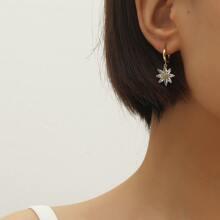 Ohrringe mit Strass Dekor und Blumen Anhaenger
