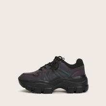 Sneakers mit Band vorn, niedrigem Schaft und klobiger Sohle