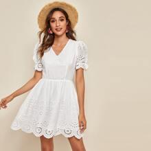 Kleid mit V Kragen, Puffaermeln und Bogenkante