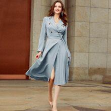 Kleid mit doppelten Knopfleisten, Guertel und Falten