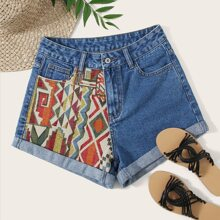 Shorts denim bajo de doblez con bordado tribal