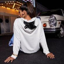 Pullover mit sehr tief angesetzter Schulterpartie, Auto Muster und Kapuze