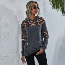 Kapuzenpullover mit Kaenguru Taschen und Leopard Muster