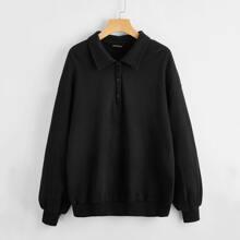 Einfarbiger Pullover mit sehr tief angesetzter Schulterpartie und halber Knopfleiste