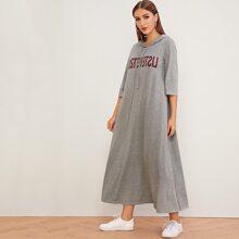 Maxi Kleid mit Buchstaben Muster, Kordelzug und Kapuze