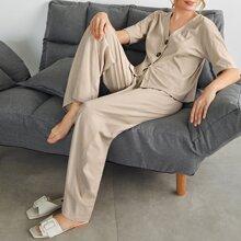 Top mit sehr tief angesetzter Schulterpartie und Knopfen & Hose mit breitem Beinschnitt Set