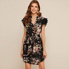 Kleid mit eingekerbtem Ausschnitt, Plissee und Guertel
