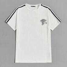 T-Shirt mit seitlichen Kontrast Streifen, Tiger und Buchstaben Grafik
