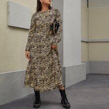 Kleid mit Reissverschluss hinten, Rueschenbesatz und Zebra Streifen