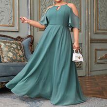 Schulterfreies Kleid mit Ausschnitt vorn
