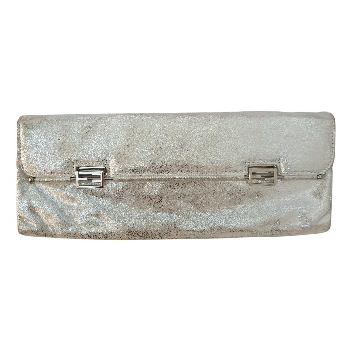 Fendi \N Clutch in  Silber Leder