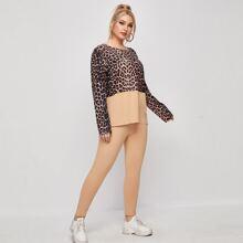 Conjunto camiseta de leopardo en contraste de color combinado con leggings