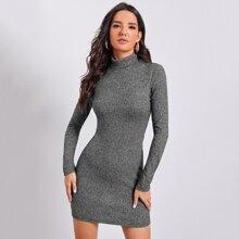 Figurbetontes Kleid mit gerolltem Kragen
