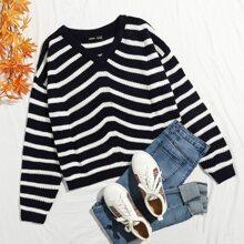 Pullover mit sehr tief angesetzter Schulterpartie und Streifen