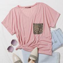 T-Shirt mit V-Kragen, Leopard Muster, Taschen Flicken und gerollten Manschetten