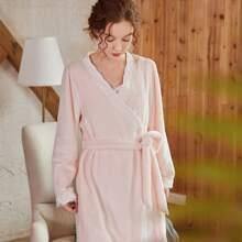 Flanell Kleid mit Spitzenbesatz und Guertel