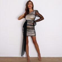 Figurbetontes Kleid mit einer Schulter frei und Netzstoff