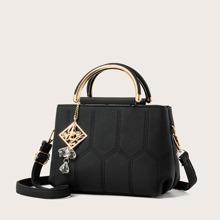 Bolsa cartera con puntada con diseño metalico