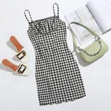 Slip Kleid mit gekraeuseltem Saum, Ruesche und Karo Muster
