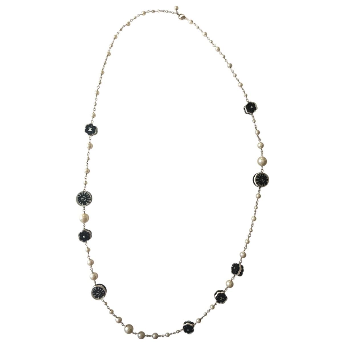 Chanel Camelia Halskette in  Weiss Perlen