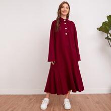 Kleid mit Schlitz, Manschetten, halben Knopfen und Schosschen am Saum