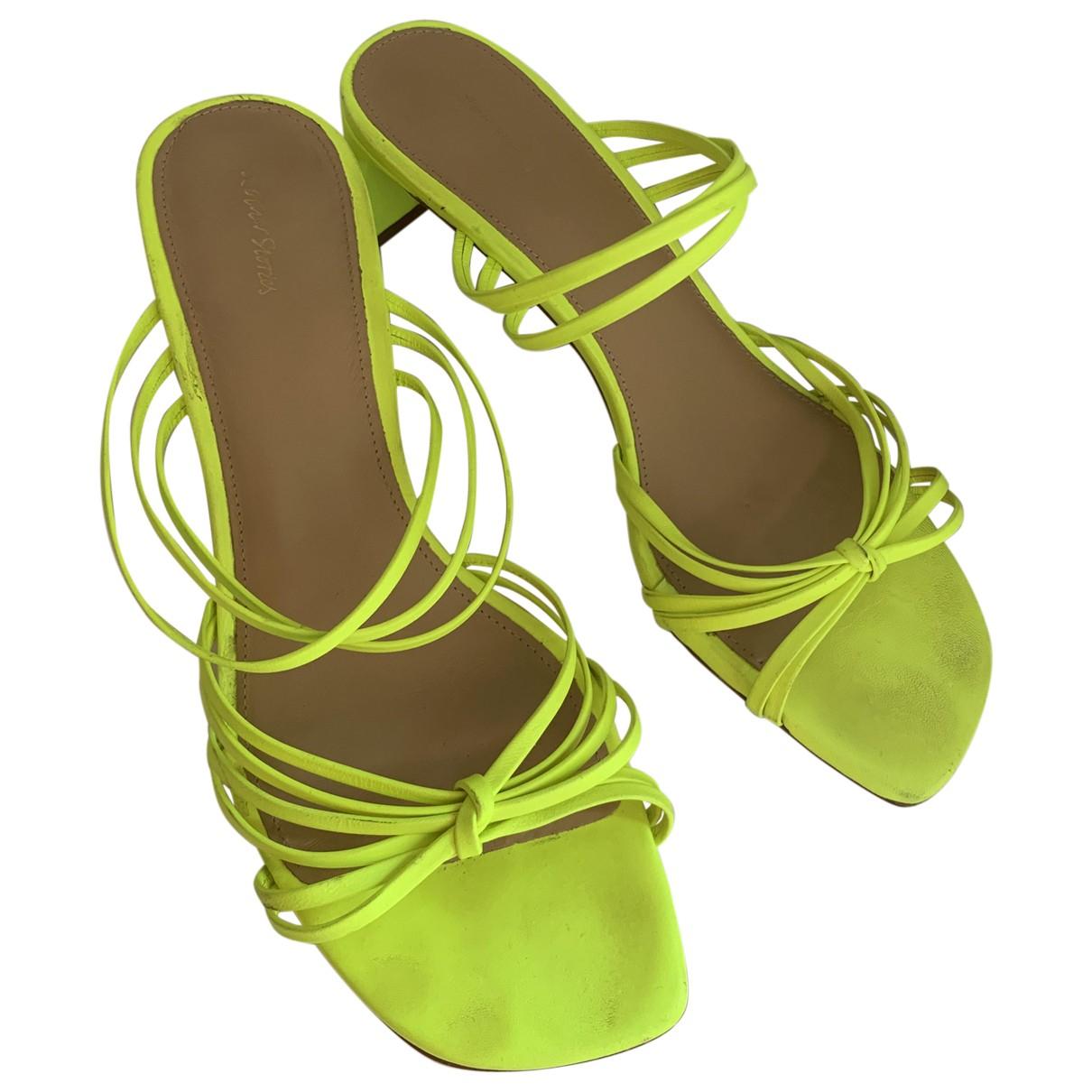 & Other Stories - Sandales   pour femme en cuir - jaune