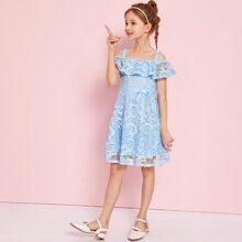 Schulterfreies Kleid mit Schleife Detail, Schosschen und Guipure Spitze