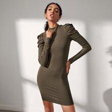 Strick figurbetontes Kleid mit Stehkragen und Rueschen auf Ärmeln