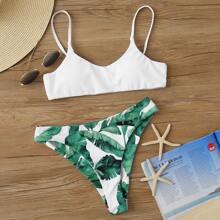 Einfarbiger Bikini mit tropischem Muster