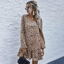 Kleid mit komplettem Muster, V-Kragen und Rueschenbesatz