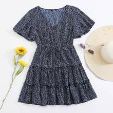Kleid mit ueberallem Pflanzen Muster, Flatteraermeln und Rueschenbesatz