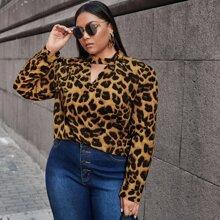 Bluse mit Schluesselloch am Kragen und Leopard Muster