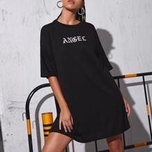 T-Shirt Kleid mit Buchstaben Grafik und sehr tief angesetzter Schulterpartie