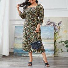 Kleid mit Bluemchen Muster und quadratischem Kragen