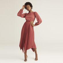Satin Kleid mit Ausschnitt auf Taille, asmmetrischem Saum und Falten