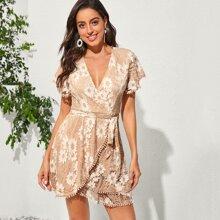 Kleid mit Schmetterlingaermeln, Guertel und Blumen