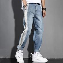 Jeans mit Farbblock und schraegen Taschen