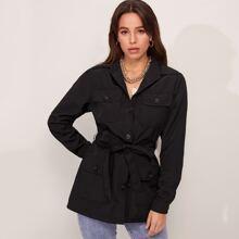 Mantel mit Kragen, einreihigen Knopfen, Klappe, Taschen vorn und Selbstguertel