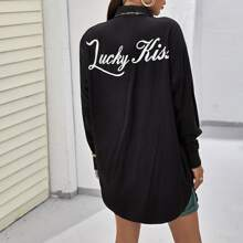 Bluse mit sehr tief angesetzter Schulterpartie, gebogenem Saum und Buchstaben Grafik