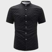 Hemd mit ueberallem Muster und Stehkragen