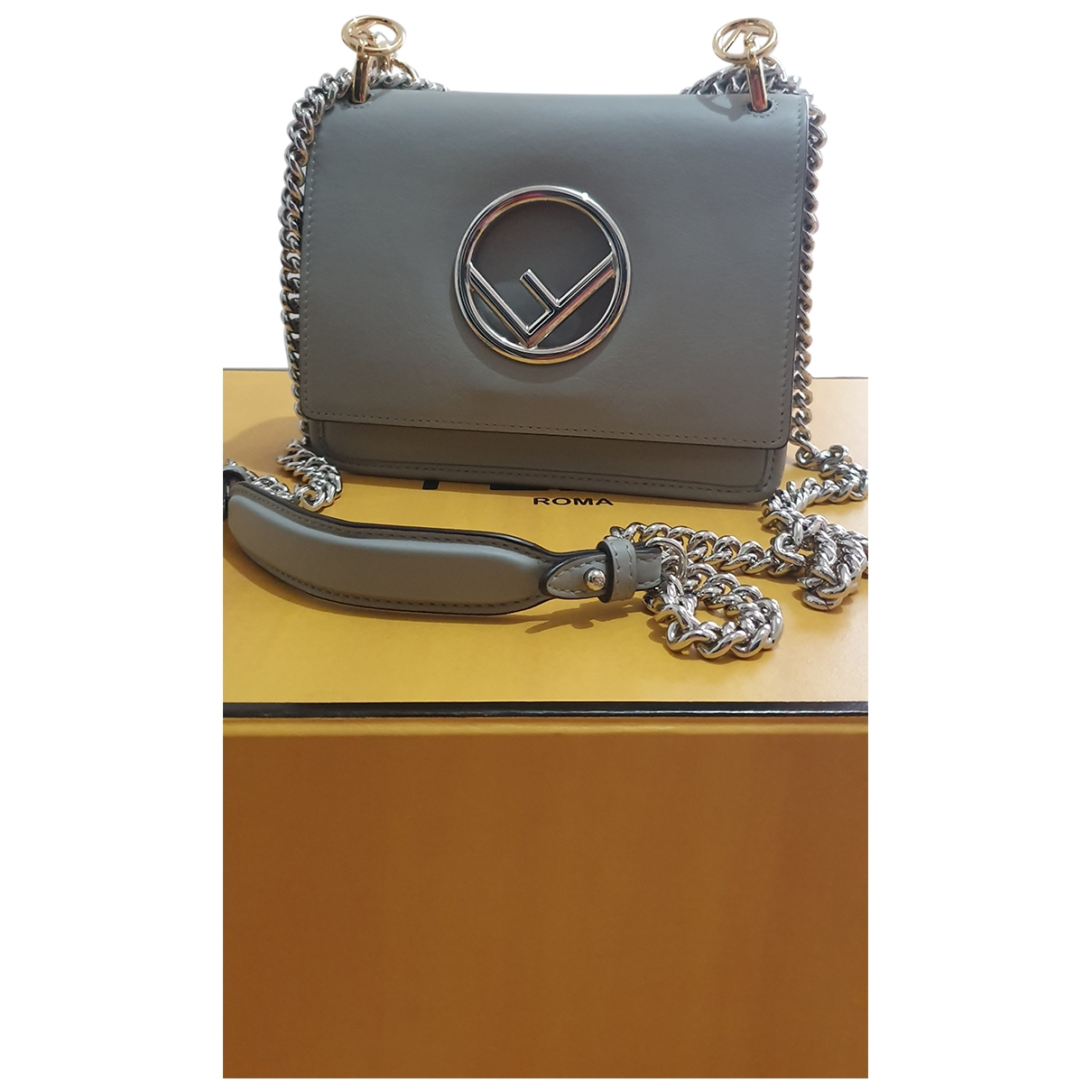 Fendi Kan I Logo Handtasche in  Grau Leder