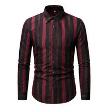 Hemd mit vertikalem Streifen und Knopfen