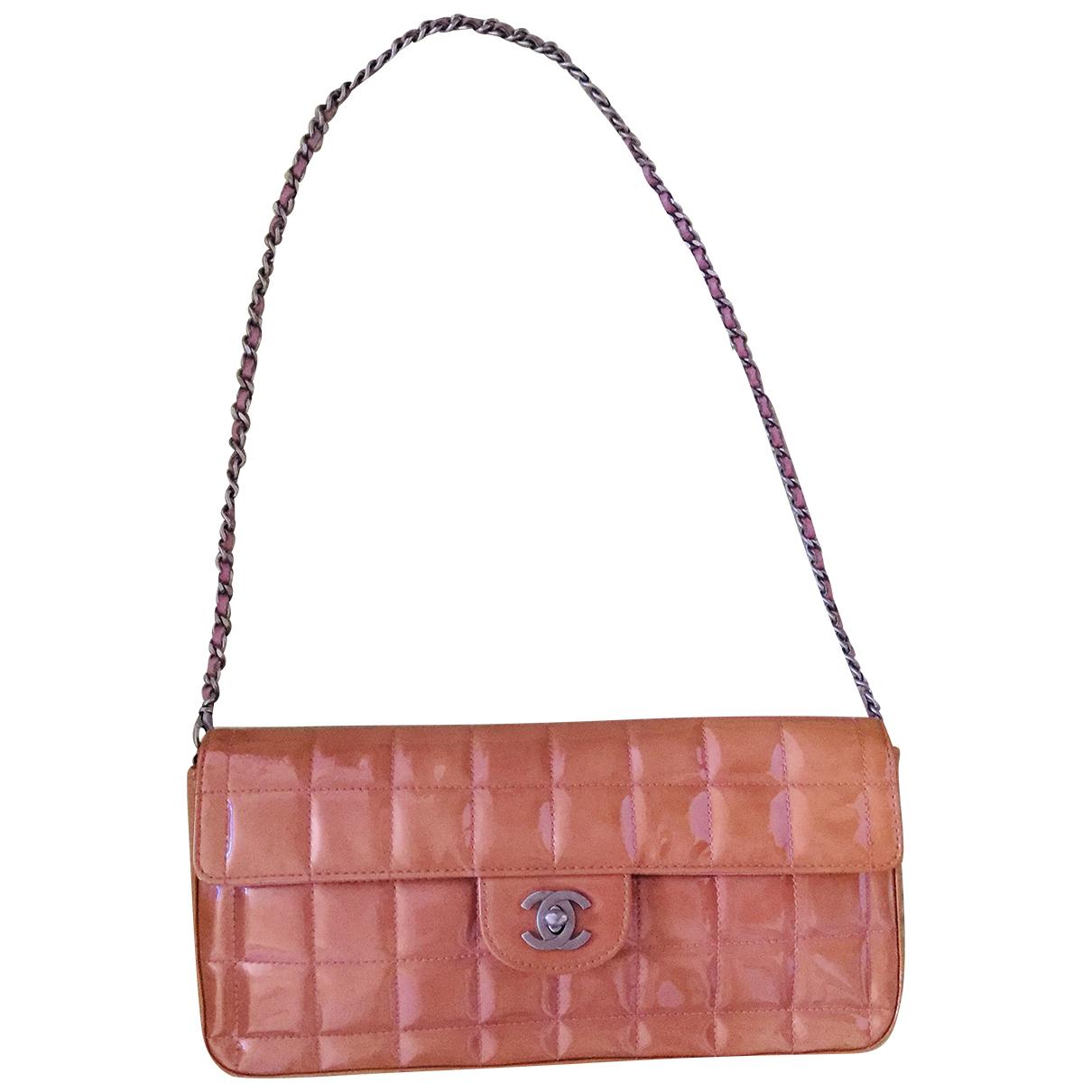Chanel East West Chocolate Bar Handtasche in  Orange Lackleder