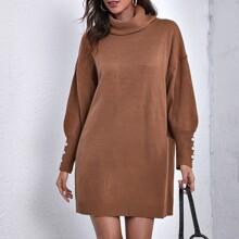 Pullover Kleid mit Rollkragen, sehr tief angesetzter Schulterpartie und Knopfen