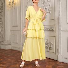 Kleid mit V Kragen, mehrschichtigem Saum und Guertel