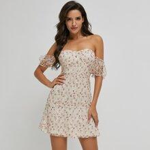 schulterfreies Kleid mit Rueschen, Blumen und Netzstoff
