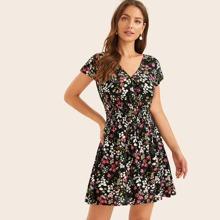 Kleid mit Bluemchen Muster und geraffter Taille