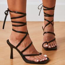 Sandalen mit Zehenpartie und Knochelriemen