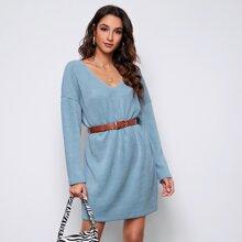 Kleid mit sehr tief angesetzter Schulterpartie ohne Guertel