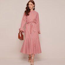 Kleid mit Schluesselloch hinten, Schosschenaermeln, Guertel und Streifen